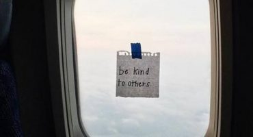 Flight attendant anonymously cheers people up with inspiring notes
