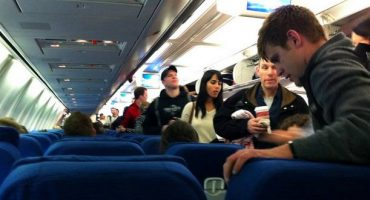 Passengers boo as flight attendant kick woman off American Airlines plane