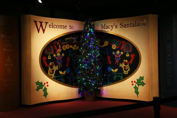 5 things to do in new york at christmas travelers edition unsurprisingly santas a pretty popular guy around this time of year so you might have to wait in line to see him but dont worry with live elves spiritdancerdesigns Image collections